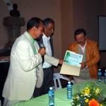 Entregando el reconocimiento a Ignacio Gómez Zepeda
