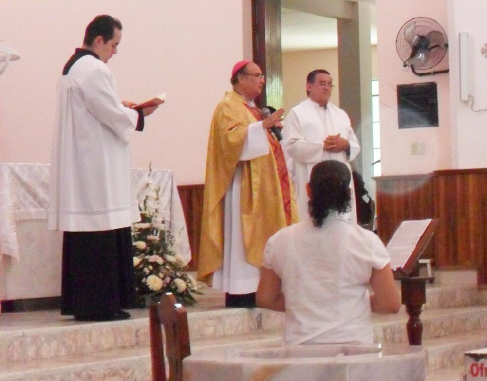 Obispo, Padre Carlos y Damian.
