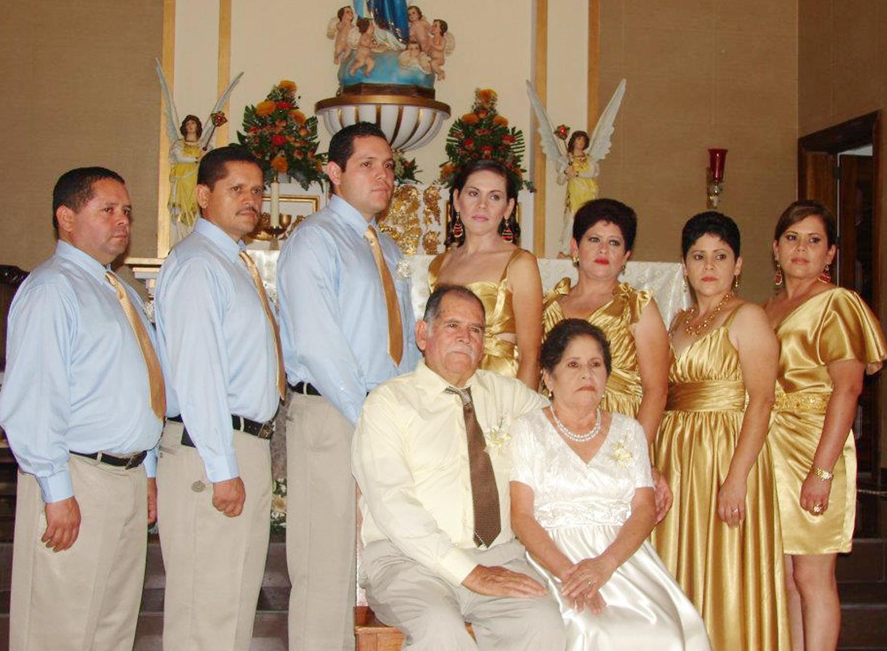 Familia Pérez García, en el Tamplo faltando dos de los hijos a los que Doña Julia la Madre dijo - Los traigo en el corazón.