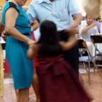 Bailando bajo las notas de la Banda Orquesta Municiapal.