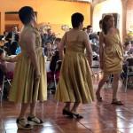 Hijas de los festejados al ritmo de un son interpretado por el Mariachi Sol de Jalisco.