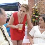Atendiendo a los celebrantes en su fiesta de bodas de oro.