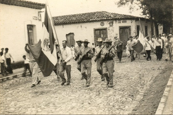 Desfile 1949 con sus calles empedradas 63 años después...