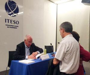 Mariano Michel Velasco, dedicando sus libros