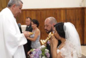 Recibiendo la primer comunión entre marido y mujer, oficializando la unión    conyugal el Padre Agustín Arriola Velasco