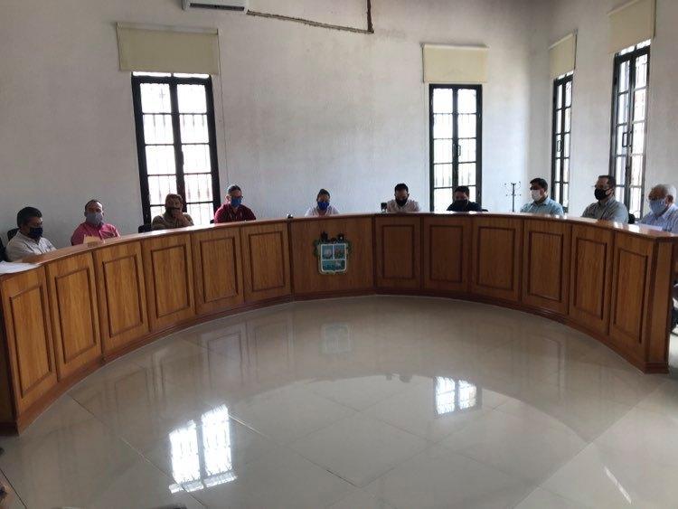 Ayuntamiento y Comerciantes en sesión de firmas del convenio de cooperación